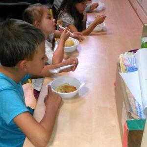 """Obiady dla dzieci z """"Misia"""" podczas półkolonii"""